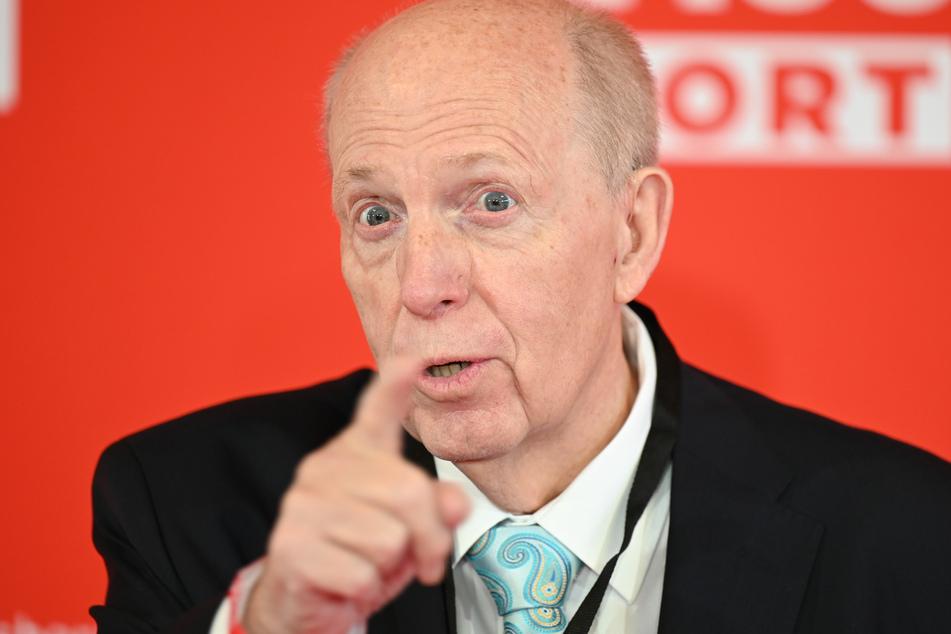Normalerweise kann Ex-Fußballmanager Reiner Calmund (72) nicht die üppigste Haarpracht vorweisen.