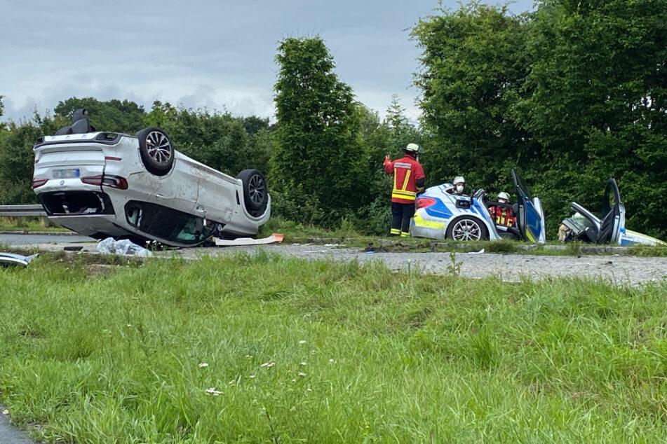 Das Polizeiauto wurde in einen Graben geschleudert. Ein anderes am Unfall beteiligtes Auto liegt auf dem Dach.