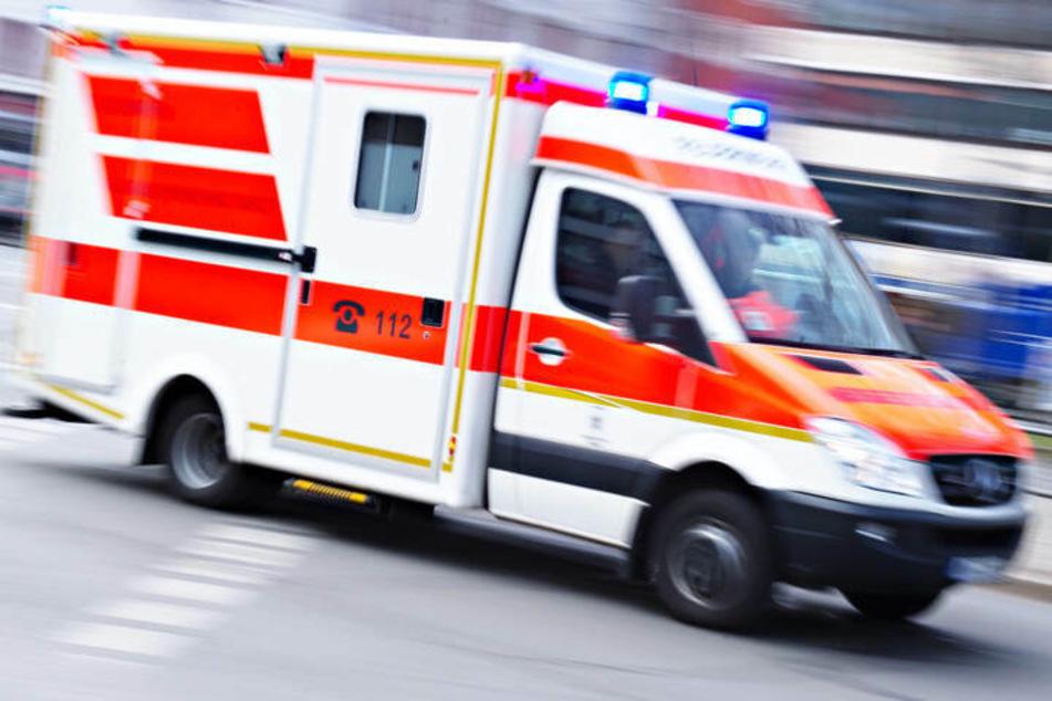 Die Frau wurde wegen der bei dem Unfall erlittenen Verletzungen zur stationären Behandlung in ein Krankenhaus gebracht. (Symbolbild)