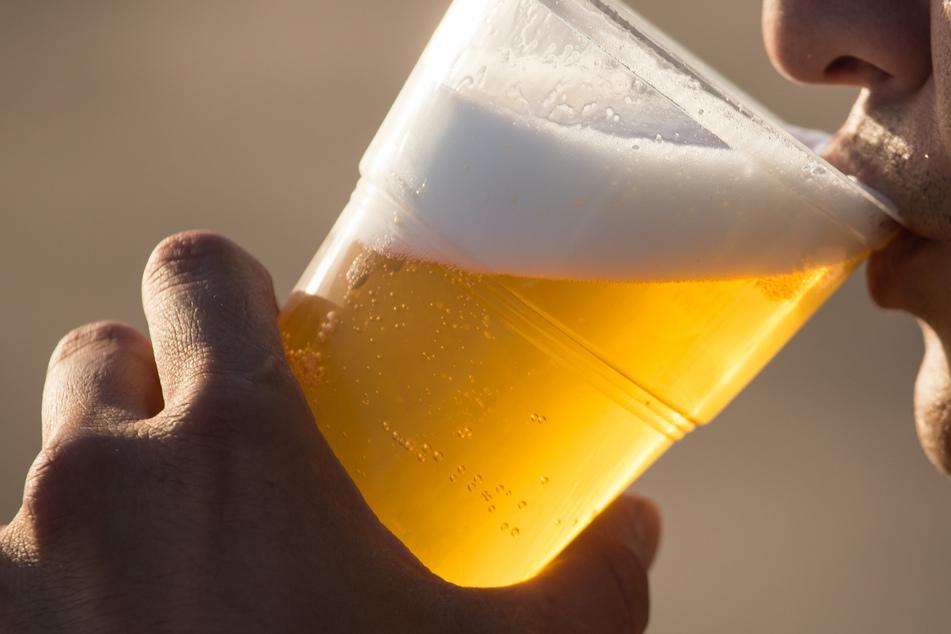 Ein kühles Bier gegen die Hitze: Das ist keine gute Idee (Symbolbild).