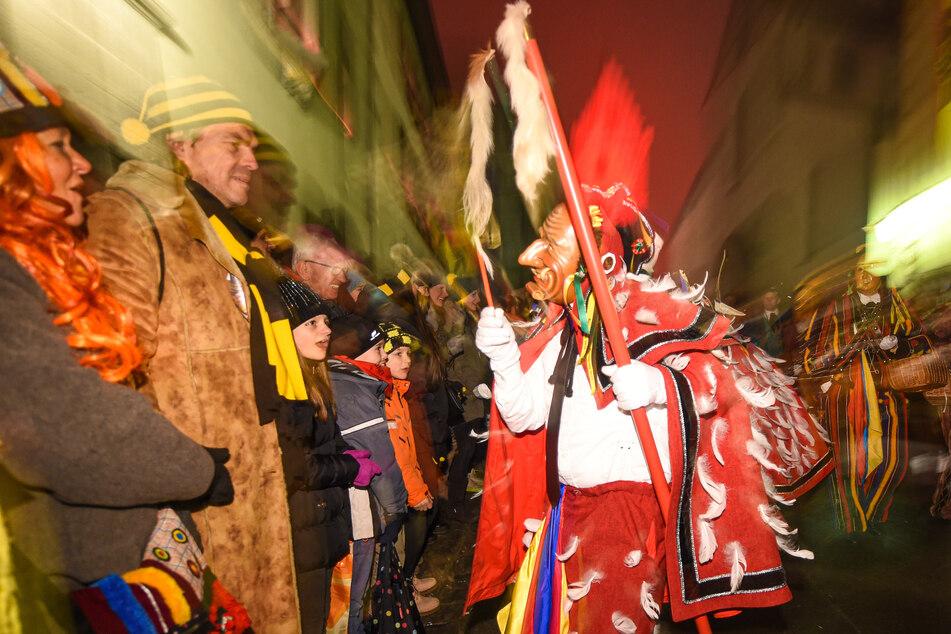 Ein Federahannes aus Rottweil scherzt beim Nachtumzug in der historische Altstadt mit den Zuschauern.
