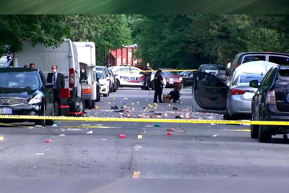 Beamte der Strafverfolgung arbeiten auf einer Straße am Tatort der Schießerei in Washington.
