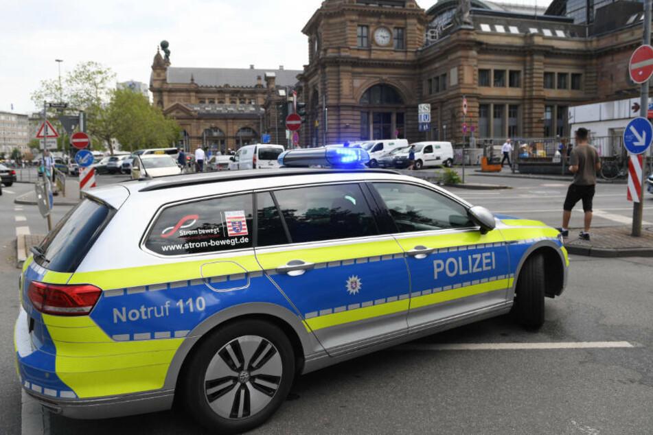 Kurz nach der Attacke konnten Beamten der Bundespolizei den 28-jährigen Tatverdächtigen festnehmen und der Frankfurter Polizei übergeben. (Archivbild)