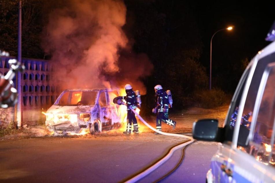 Bereits in der Nacht zu Montag brannte unter anderem im Leipziger Stadtteil Böhlitz-Ehrenberg bereits ein VW T5.