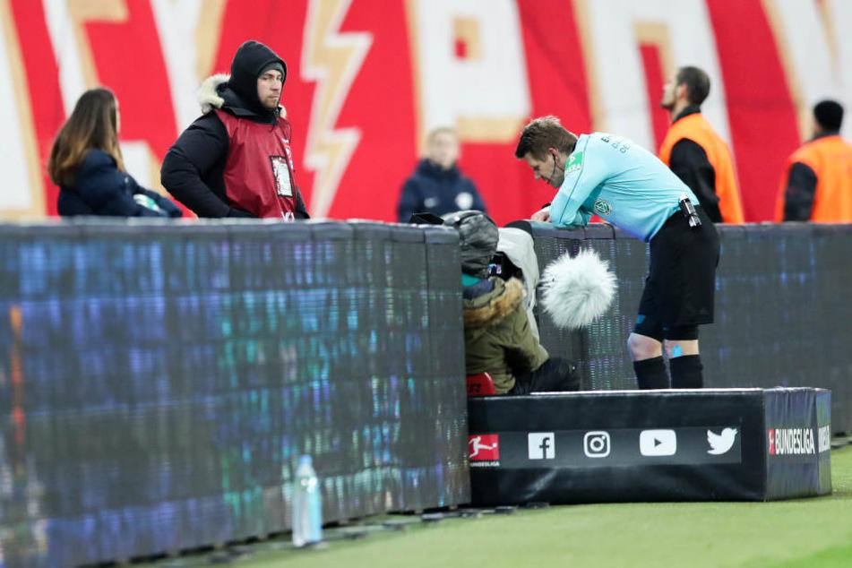 Schiedsrichter Patrick Ittrich (Hamburg) schaute sich gleich zwei Szenen auf dem Monitor an und zog damit den Unmut der Zuschauer auf sich.