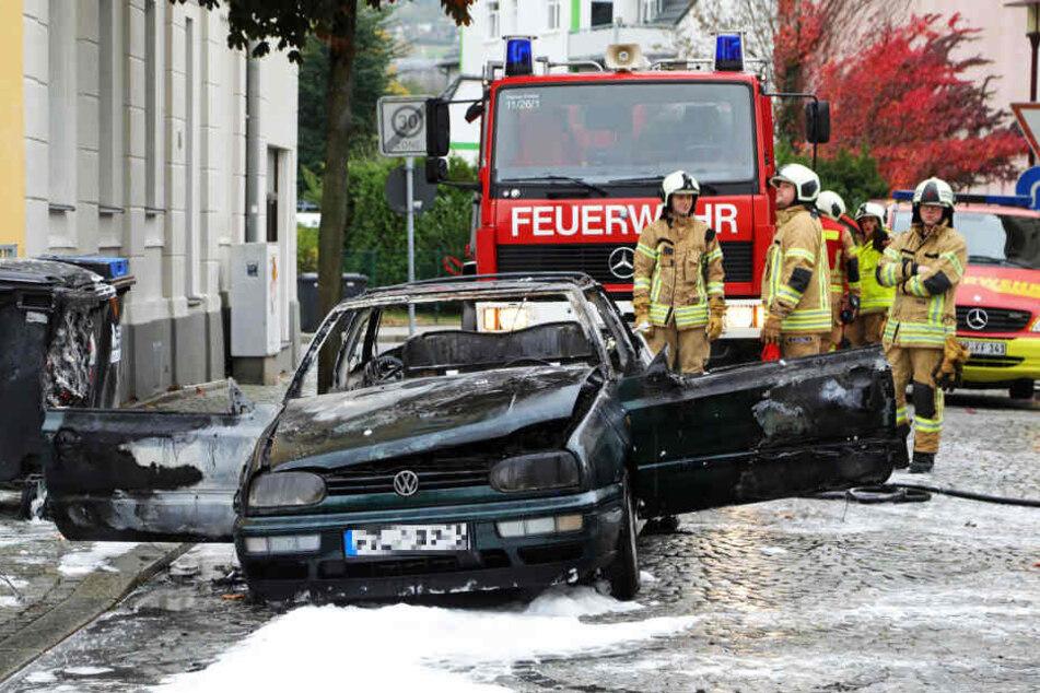 Auto fängt in Freital plötzlich Feuer: Zwei Verletzte