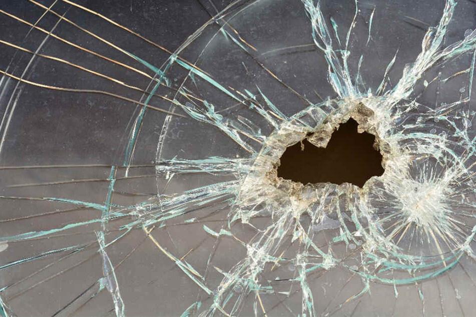 Unbekannte beschießen fahrendes Auto mit Waffe - Fahrerin verletzt