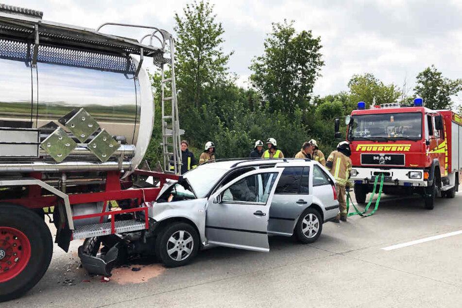Ein Auto fuhr auf einen Laster auf. Mindestens zwei Personen wurden verletzt.