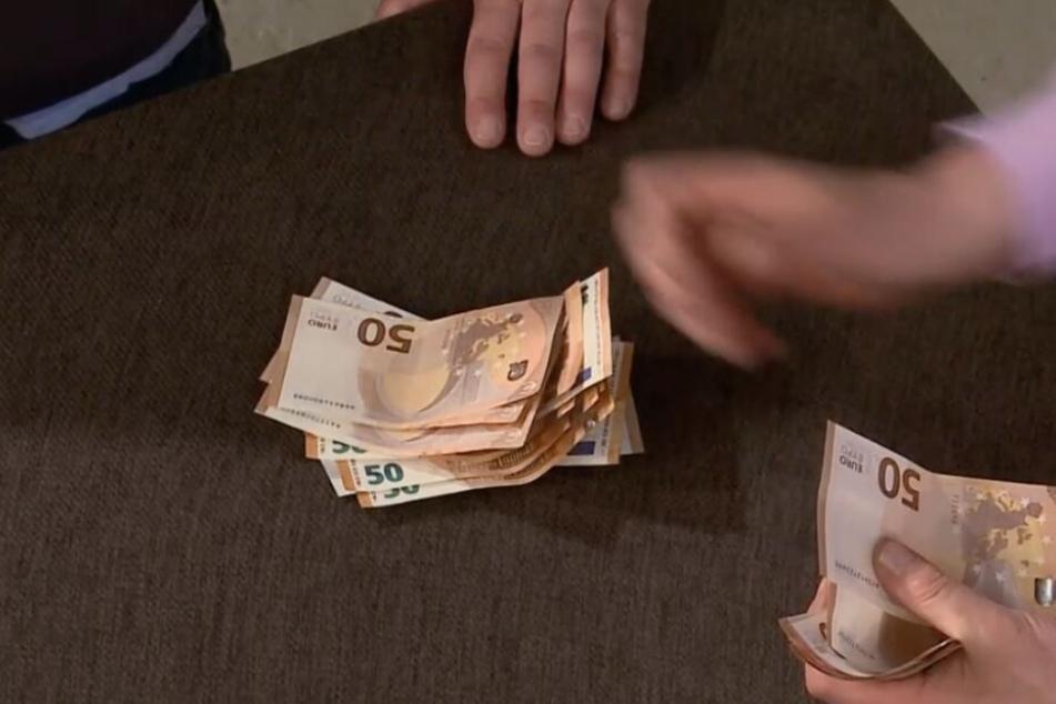 Am Ende wechselt die Figur für 1300 Euro den Besitzer.