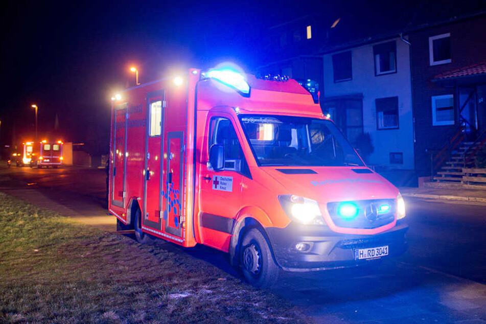 Ein Rettungswagen brachte den 25-jährigen Motorradfahrer in eine Klinik. (Symbolbild)