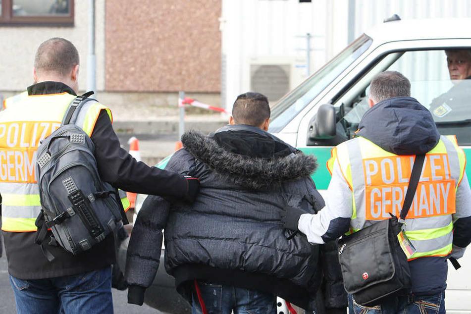 Die Polizei führt einen auffällig gewordenen Asylbewerber ab.