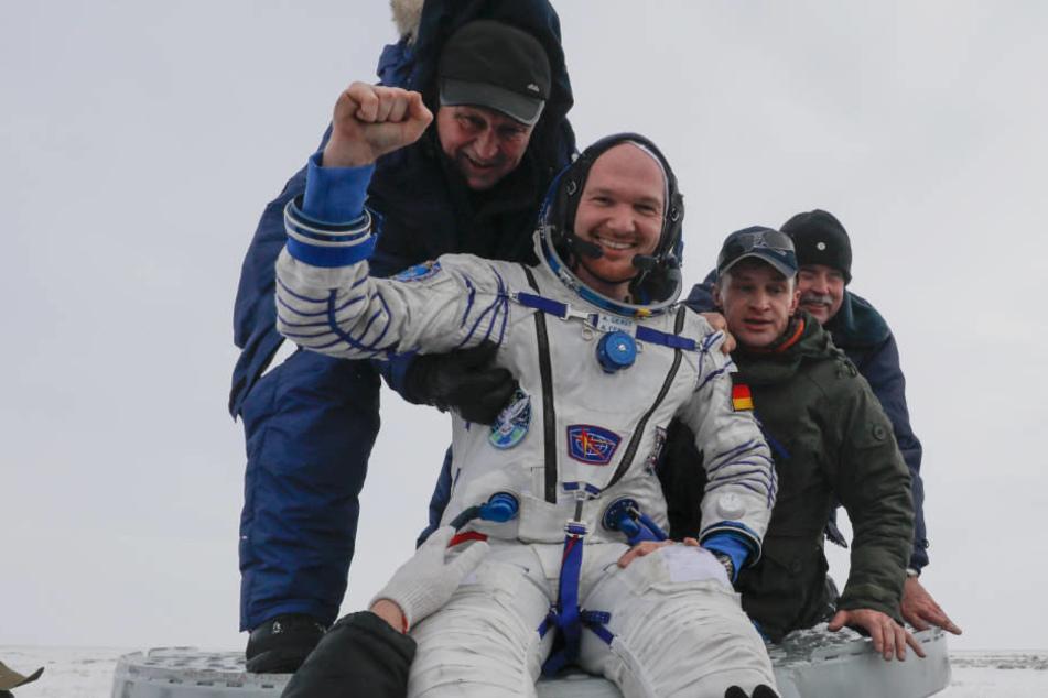 Astro-Alex ach der Landung aus der Sojus-Raumkapsel in der Nähe der Stadt Scheskasga,