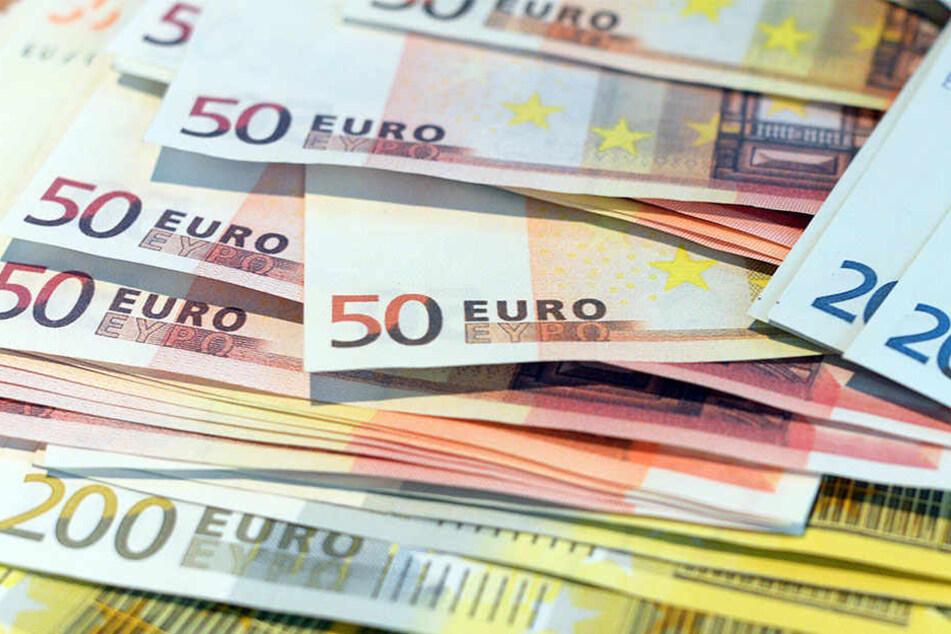 Smaragdzahl und Hologramm: Mit neuen Sicherheitsmerkmalen versuchen die Notenbanken Geldfälschern das Handwerk zu erschweren.