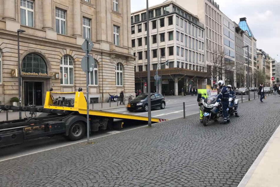 Plötzlich ging nichts mehr: Das Polizei-Motorrad gab am Frankfurter Goethe-Platz den Geist auf und konnte nur noch geschoben werden.