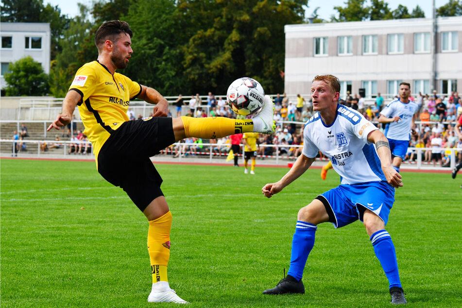 Dieses Duell kann es wieder geben: Dynamos Niklas Kreuzer (28, l.) gegen Pavel Cermak (31). Das Foto entstand beim Testspiel im Juli 2018 in Bischofswerda.