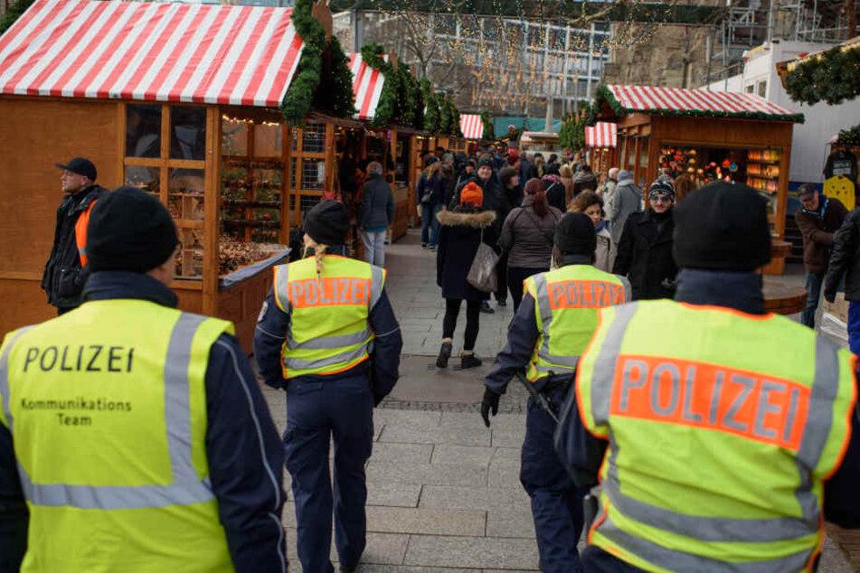 Polizeibeamte gehen ein Jahr nach dem Anschlag in Berlin über den Weihnachtsmarkt an der Gedächtniskirche auf dem Breitscheidplatz Streife. Als Folge des Attentats wurden auch die Sicherheitsbestimmungen verschärft. (Archivbild)
