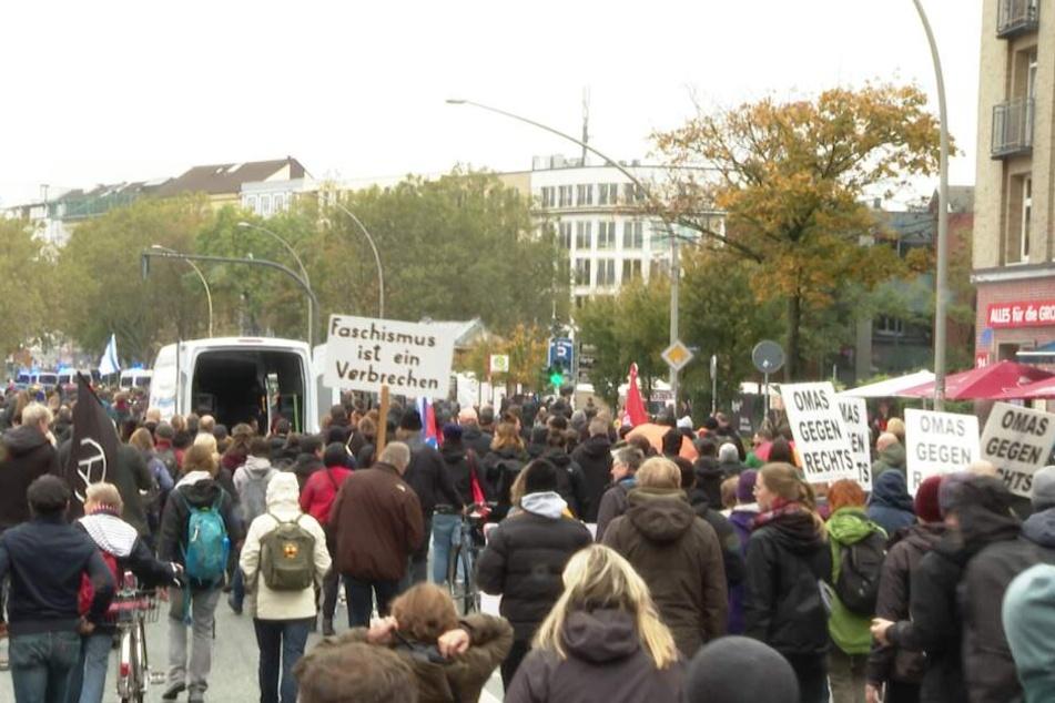 Demonstranten ziehen durch Hamburgs Straßen.