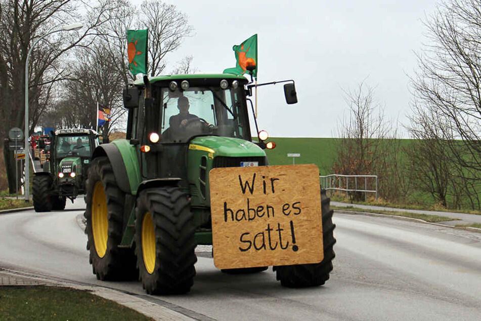 Wie hier auf der B5 bei Nauen waren Bauern auf dem Weg zur Demo nach Berlin.