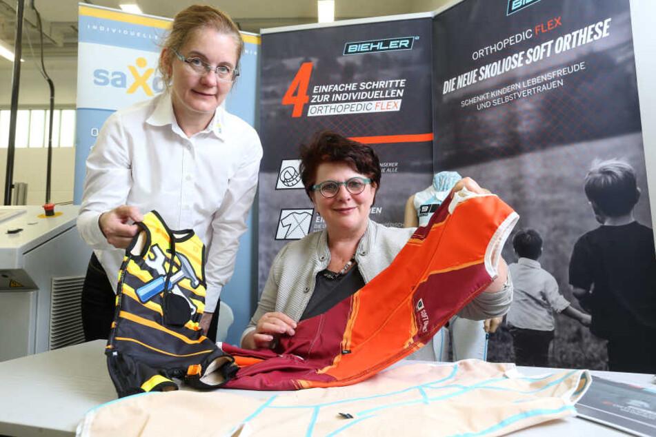 """Steigern Lebensqualität: Mandy Hitzig (46, l.), Technikerin von Saxcare und Steffi Barth (58), Geschäftsführerin von """"Biehler Sportswear"""" präsentieren die Soft-Orthesen."""