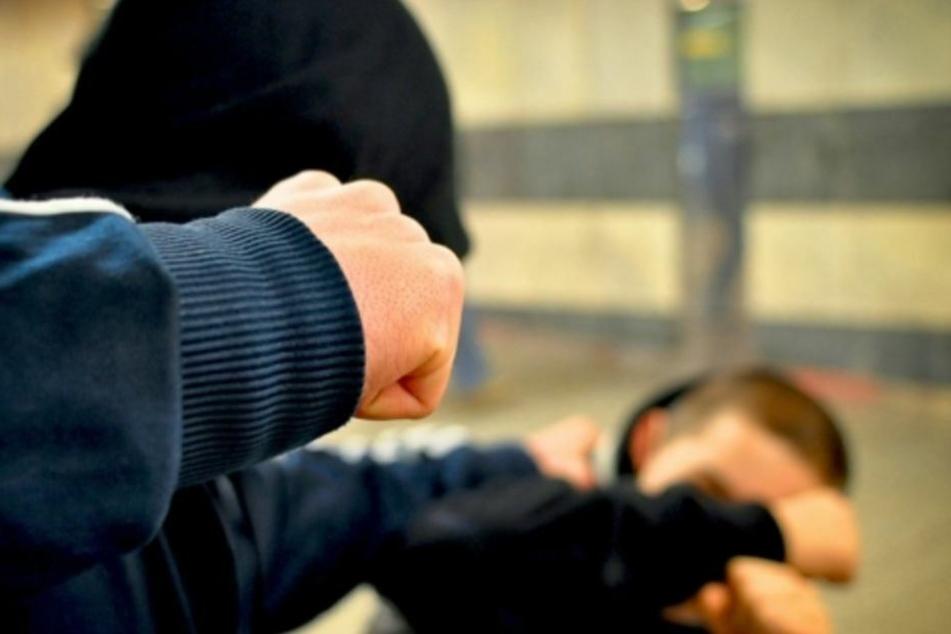 Jugendliche schlagen auf Mann ein: Krankenhaus