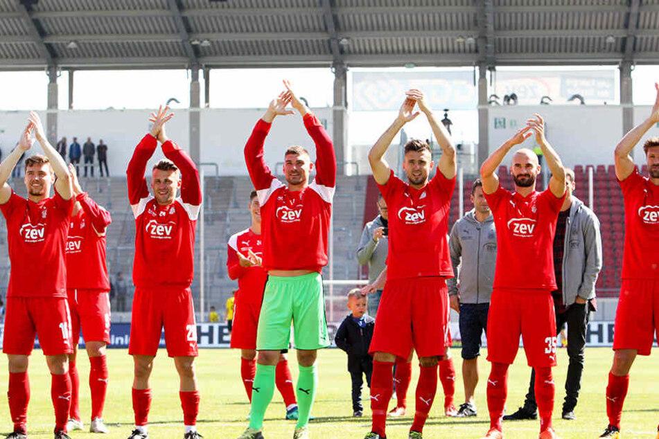 Freudig bejubeln die Zwickauer Profis gemeinsam mit den Fans den Heimsieg gegen Fortuna Köln.