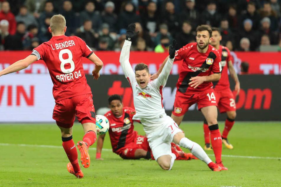Die Szene, die zum 1:0 für RB führte: Leverkusens Admir Mehmedi (re.) zieht Marcel Sabitzer zu Boden. Den fälligen Elfmeter verwandelte Timo Werner.