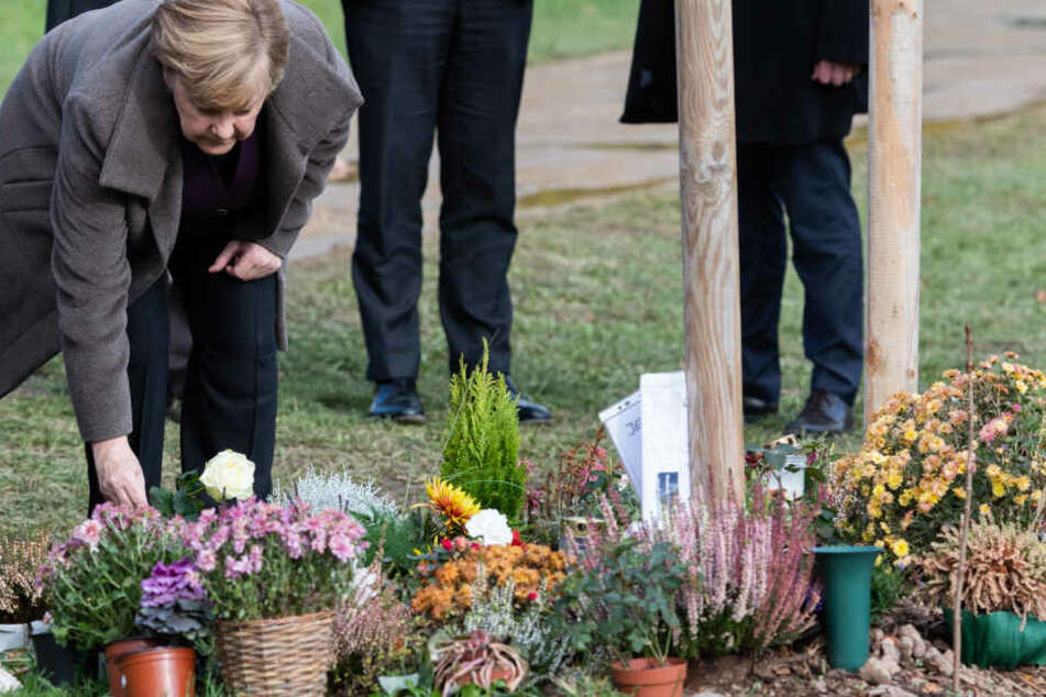 Die Bundeskanzlerin hat Blumen an dem Gedenkort abgelegt.
