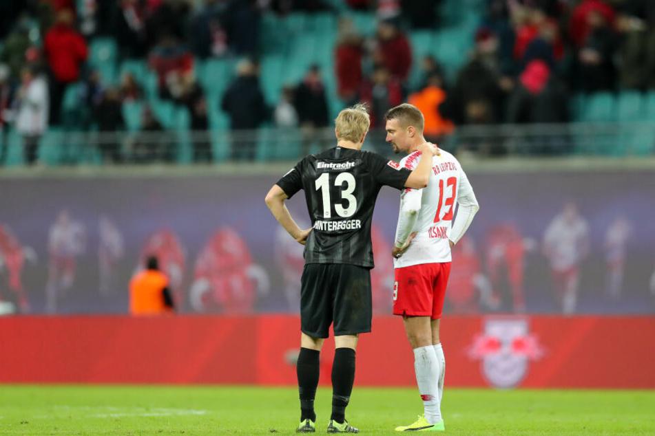 13er unter sich: Eintracht Frankfurts Martin Hinteregger (Li.) und Stefan Ilsanker von RB Leipzig hatten sich nach Abpfiff noch etwas zu sagen.