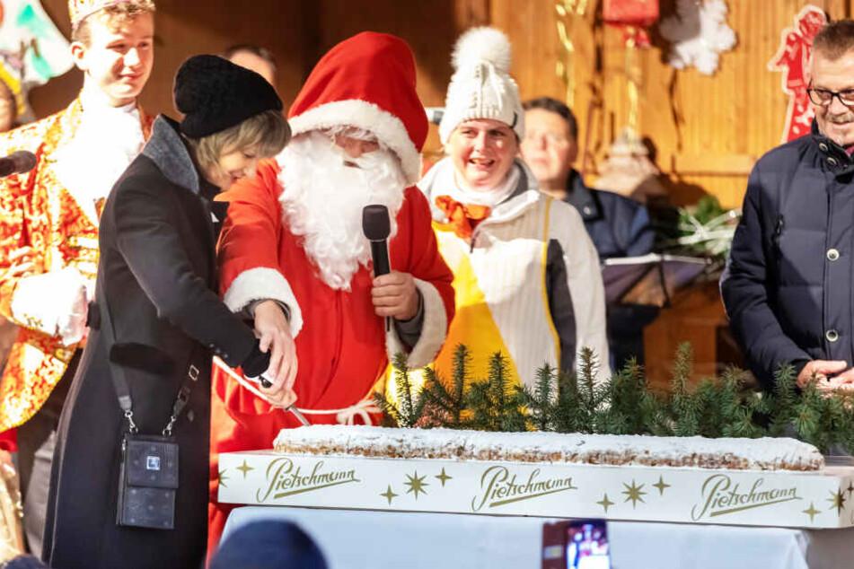 Oberbürgermeisterin Barbara Ludwig (57, SPD) und der Weihnachtsmann (Klaus Hähne) schnitten den Stollen an.