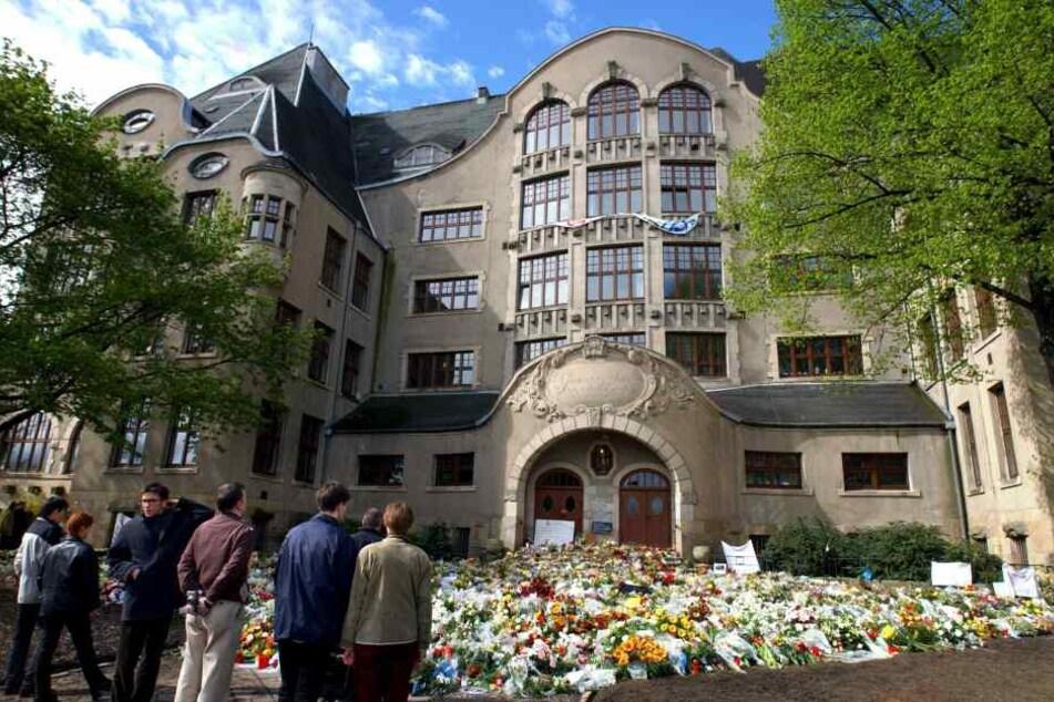 Tausende Blumen sammelten sich 2002 nach dem Amoklauf vor den Türen der Schule.