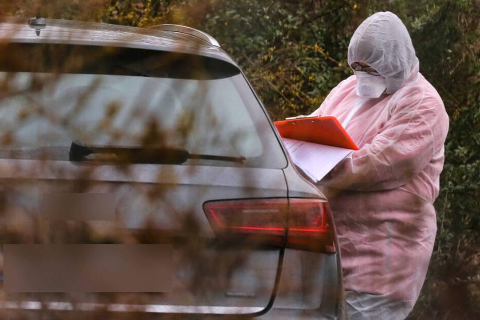 Mitarbeiter des Landratsamtes Sächsische Schweiz-Osterzgebirge nahmen am Dienstag von Bekannten des Infizierten in Dippoldiswalde Proben.