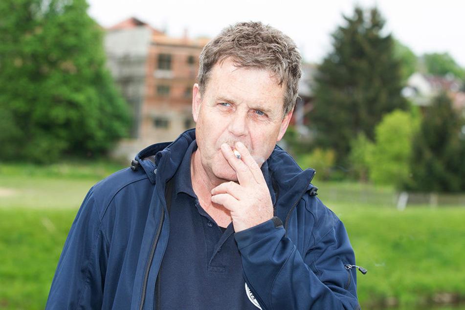Das Zigarettchen war immer mit dabei: Nach gelungener Bombenentschärfung heißt es erst einmal wieder tief durchatmen.