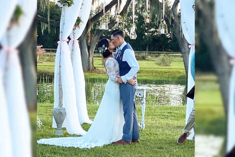 Andee und Tina Krasinski küssten sich nach der Trauung.