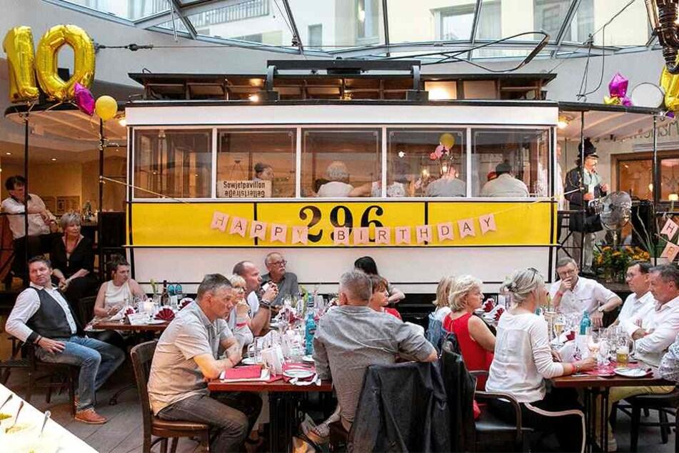 """130 Gäste feierten das Jubiläum rund um den historischen Straßenbahnwagen """"Helene"""" mit."""