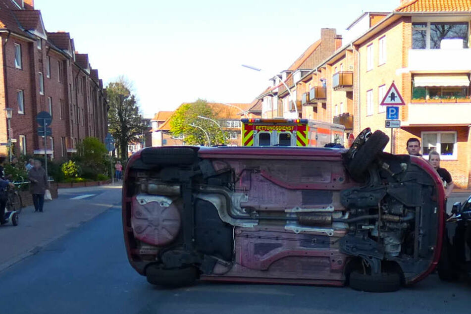 Spektakulärer Unfall: Es passierte direkt vor der Tür der Polizei!