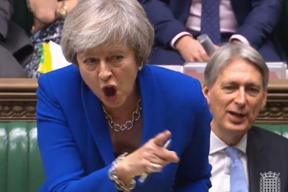Theresa May, Premierministerin von Großbritannien, spricht am 19.12.2018 im britischen Unterhaus. Rechts sitzt Philip Hammond, Schatzkanzler von Großbritannien.