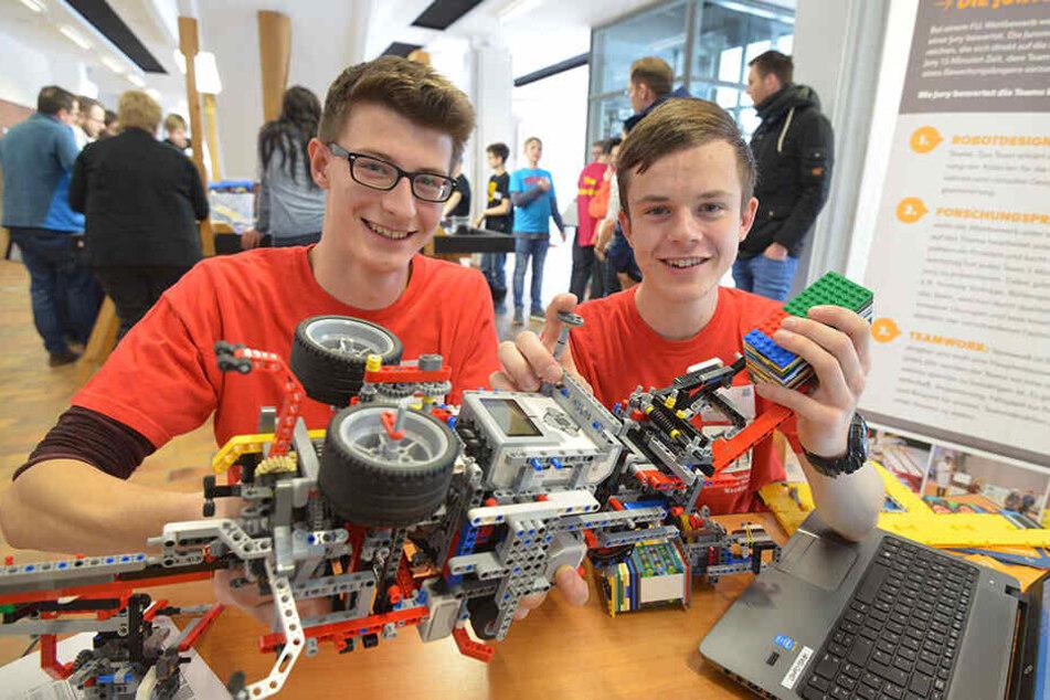 Zeit rausschlagen: Die Werdauer Gymnasiasten Jonas Schwarzenberger und Florian Taßler (r., beide 17) mit ihrem modularen Lego-Roboter.