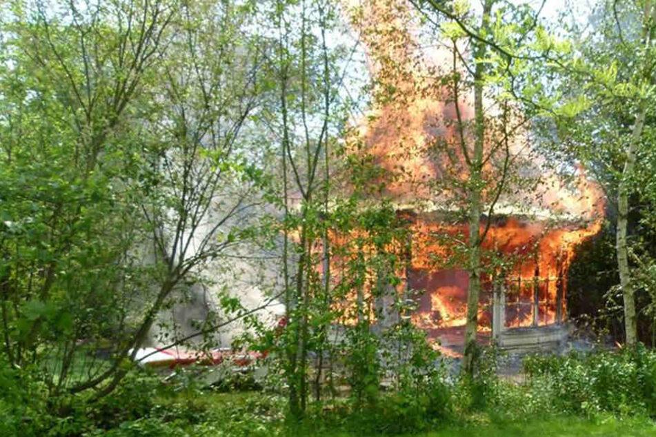 Feuer brennt Gartenhaus nieder: Mann schwer verletzt