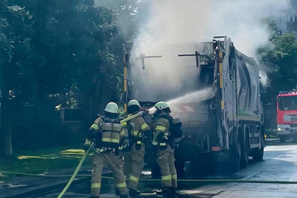 Die Kameraden der Feuerwehr konnten das Müllauto am Ende des Einsatzes erfolgreich löschen.