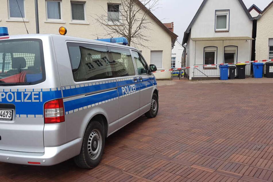 Ein Polizeiauto steht vor dem Haus, in dem der 22-Jährige angeschossen wurde.