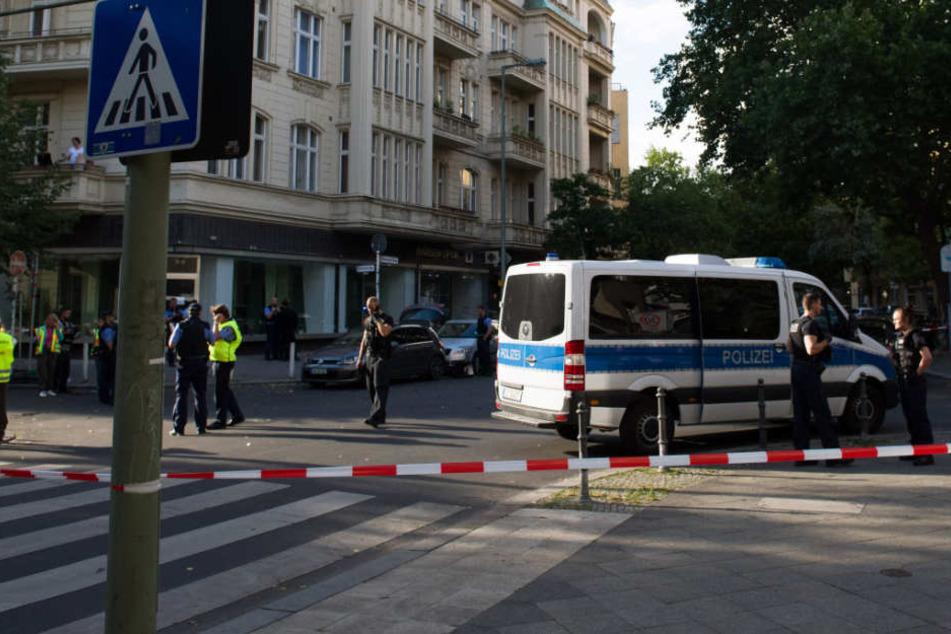 Polizisten sichern während eines Einsatzes den Adenauerplatz und eine in der Nähe liegende Kreuzung (Sybelstraße Ecke Wilmersdorfer Straße) ab.