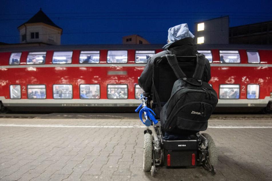 Der Mann fiel auf dem Gleisbett aus seinem Rollstuhl (Symbolfoto).