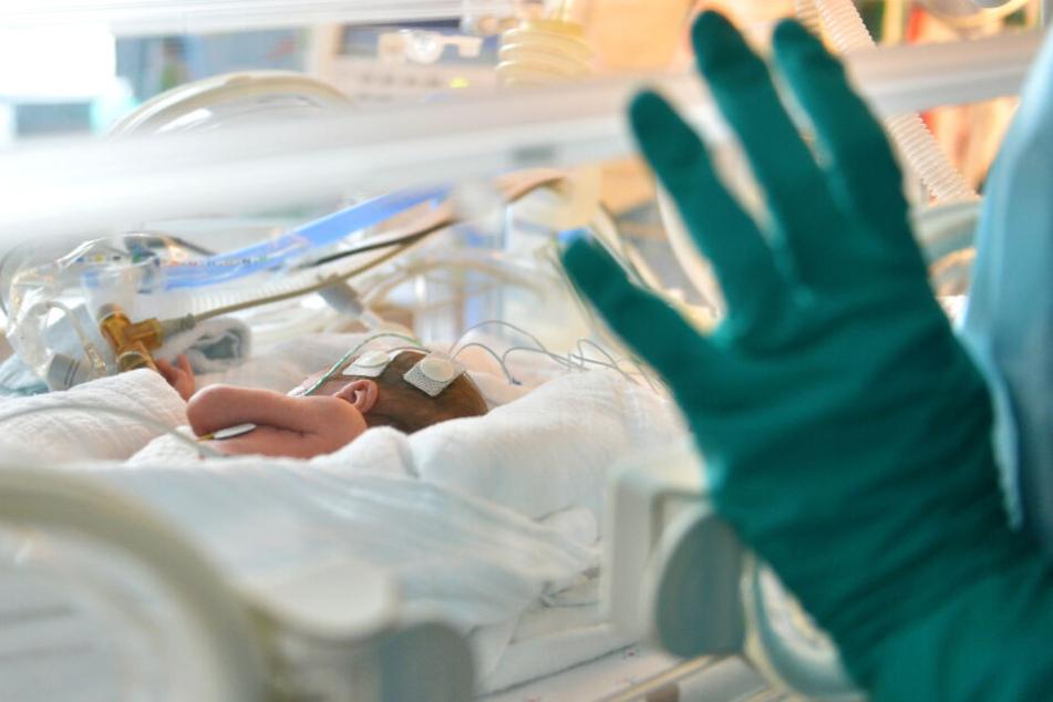 Zwei Kinder, die die Krankenschwester mit den Beruhigungsmitteln behandelte, überlebten. Eines verstarb (Symbolbild).