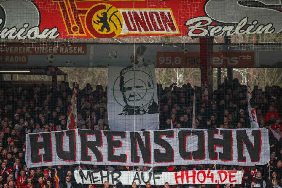 """Union-Fans zeigen Banner mit dem Schriftzug """"Hurensohn"""" und dem Abbild von Dietmar Hopp, Mäzen des TSG 1899 Hoffenheim, im Fadenkreuz. Es folgte eine Spielunterbrechung. (Symbolbild)"""