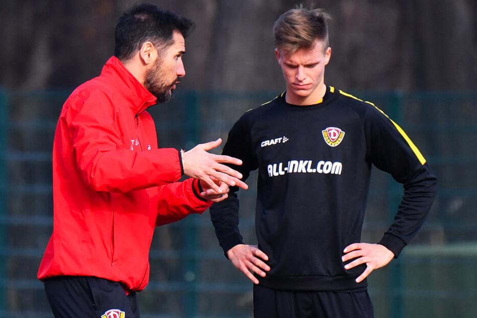 Dzenis Burnic (r.) bekommt Anweisungen von Trainer Cristian Fiel. Die soll er am Samstag gegen Kiel umsetzen. (Archivbild)