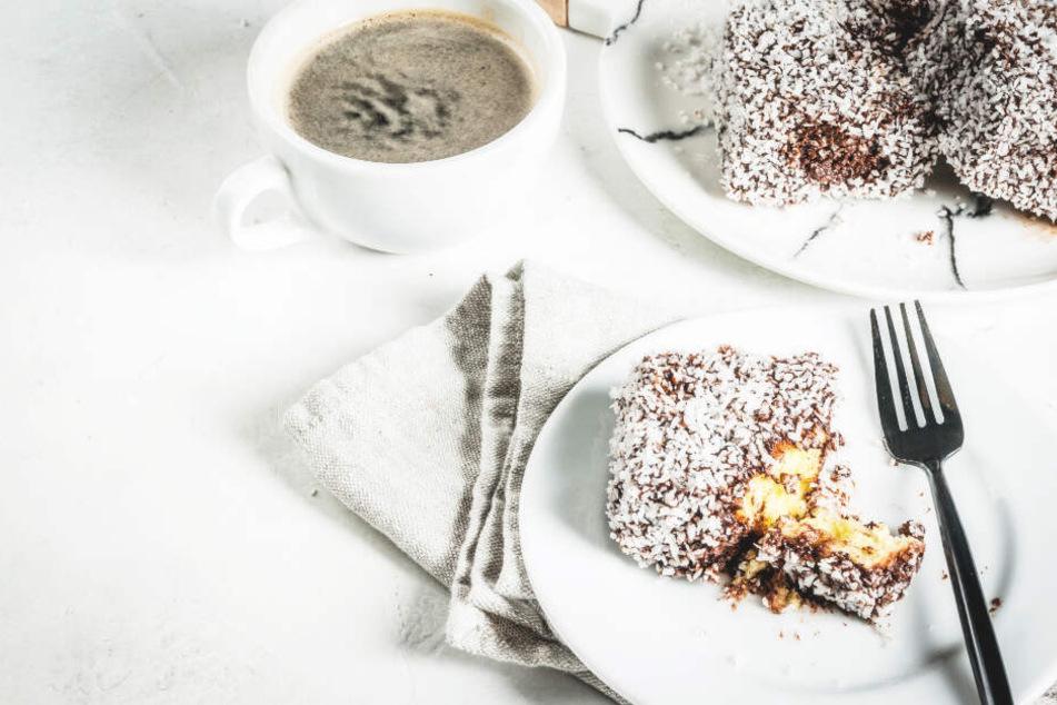 Lamington ist ein australischer Schwammkuchen mit dunkler Schokolade und Kokos.