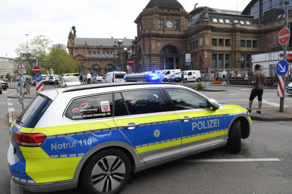 Die Polizei rückte nach der Entdeckung der Zivilfahnder am Frankfurter Hauptbahnhof an (Archivbild).