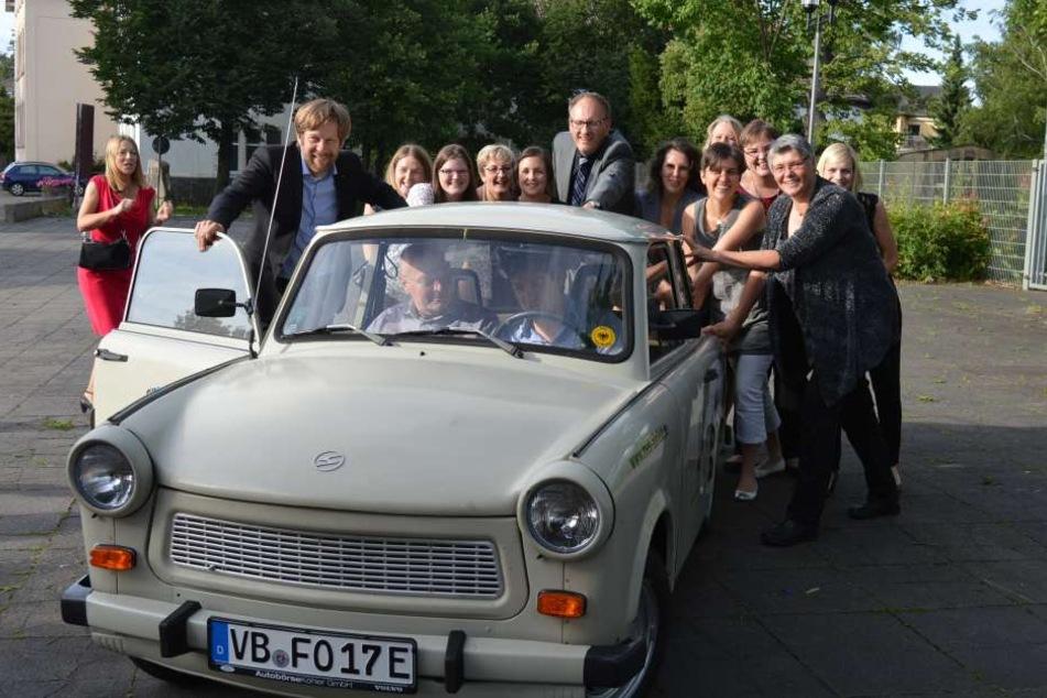 Die Schüler und Lehrer aus dem hessischen Alsfeld mit ihrem E-Trabi.