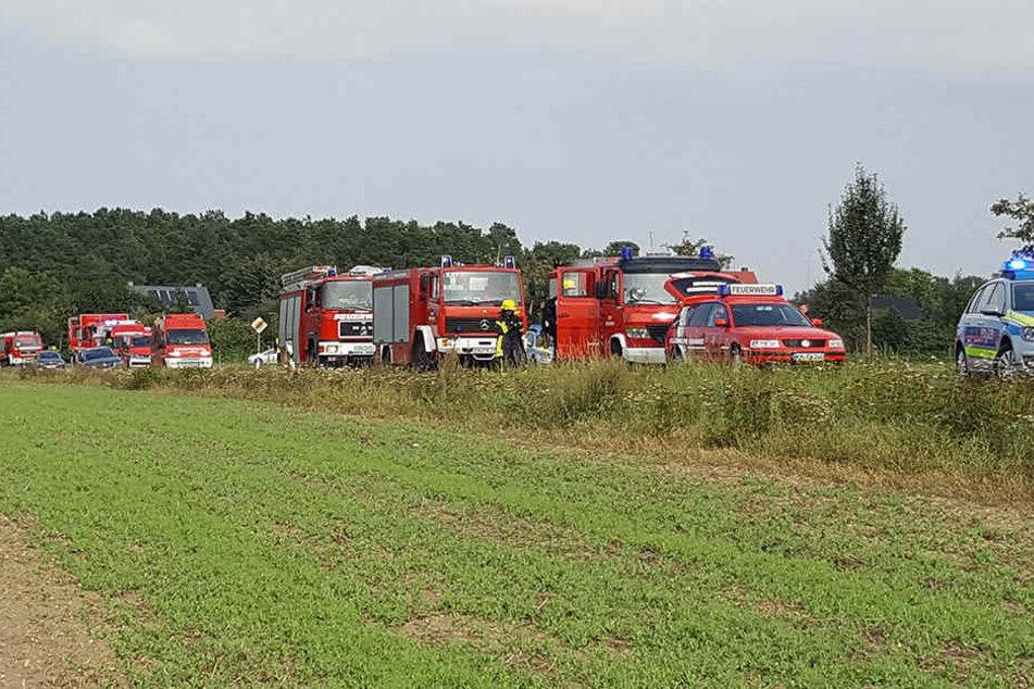Zahlreiche Einsatzfahrzeuge der Feuerwehr sind vor Ort.