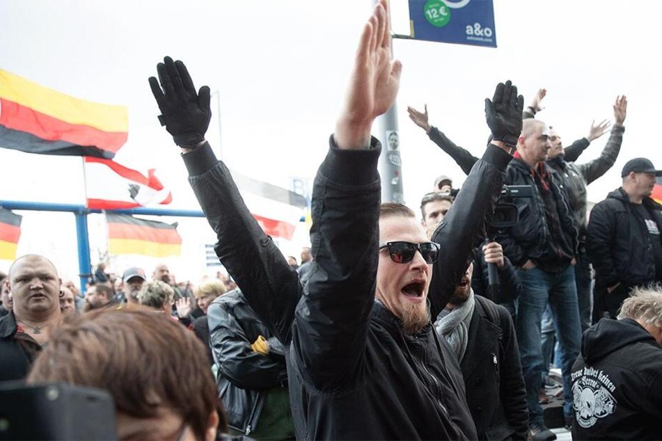 Das Zeigen des Hitlergrußes ist in Deutschland verboten (Symbolbild).